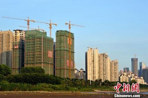 9月18日,中国国家统计局发布了2017年8月份70个大中城市住宅销售价格统计数据。数据显示,70个大中城市中,一线城市房价环比继续下降,二三线城市涨幅有所回落。图为福州正在建设中的房地产楼盘。(资料图片)中新社记者 张斌 摄