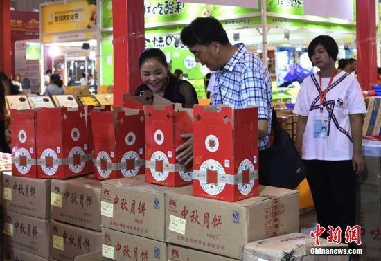 民众选购月饼。 <a target='_blank' href='http://www.chinanews.com/'>中新社</a>记者 安源 摄
