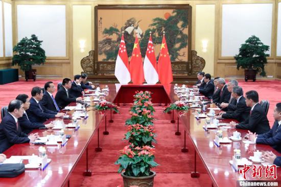 9月19日下午,中国国务院总理李克强在北京人民大会堂同新加坡总理李显龙举行会谈。中新社记者 刘震 摄