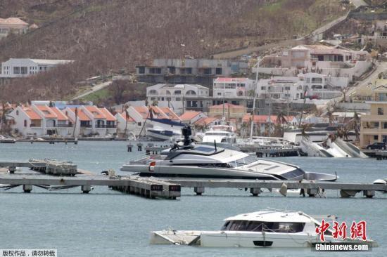 荷属圣马丁岛,港口沉没的游轮。