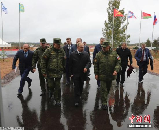 资料图:2017年9月18日,俄罗斯列宁格勒州,俄罗斯总统普京用望远镜观看俄罗斯和白俄罗斯举行的联合军事演习。