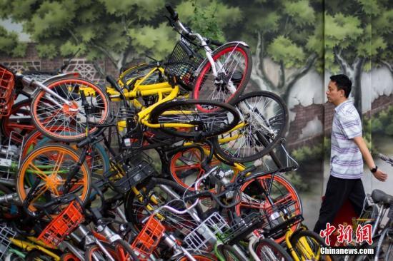 资料图:南京碑亭巷内,各种颜色的共享单车堆放在一起。 <a target='_blank' href='http://www.chinanews.com/'>中新社</a>记者 泱波 摄