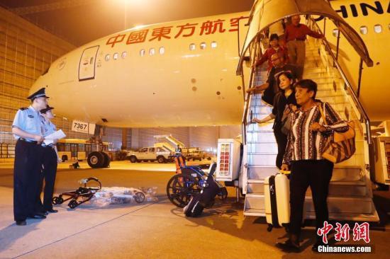 """资料图:经上海公安不懈努力,""""红通人员""""闵某被成功劝返回国。中新社记者 殷立勤 摄"""