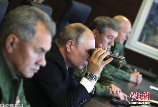 资料图:当地时间2017年9月18日,俄罗斯列宁格勒州,俄罗斯总统普京用望远镜观看俄罗斯和白俄罗斯举行的联合军事演习。
