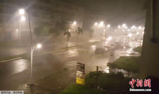 """当地时间9月19日,五级飓风""""玛丽亚""""袭击了加勒比海域众多岛屿,所过之处狂风大作,暴雨如注。图为位于加勒比海小安的列斯群岛中部的瓜德罗普(法国的海外省)监控系统拍摄的飓风""""玛丽亚""""经过影像。"""