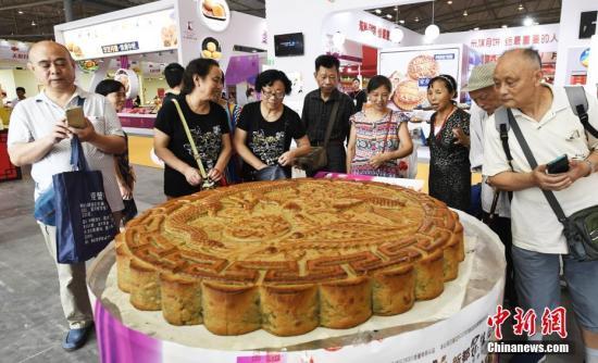 9月19日,中国(四川)中秋食品博览会暨月饼文化节在成都开幕。图为展会上重达600斤的月饼。 中新社记者 安源 摄