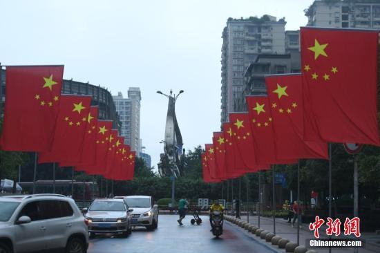 9月19日,重庆沙坪坝区三峡广场挂起五星红旗,喜迎国庆来临,整个步行街洋溢着浓浓的节日气息。 陈超 摄