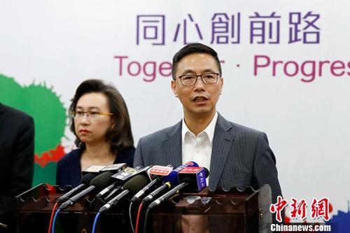 资料图:香港特别行政区教育局局长杨润雄(右)回答记者提问。中新社记者 富田 摄