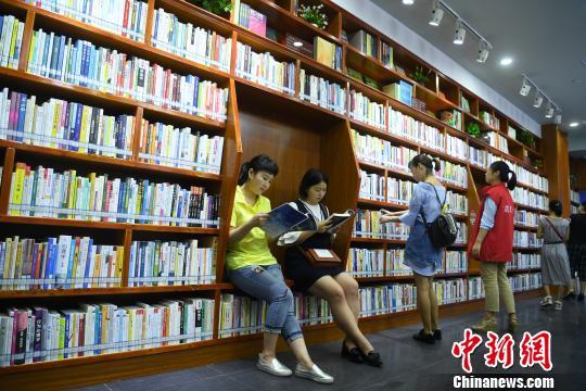 图为自助图书馆吸引市民前来阅览。 陈超 摄
