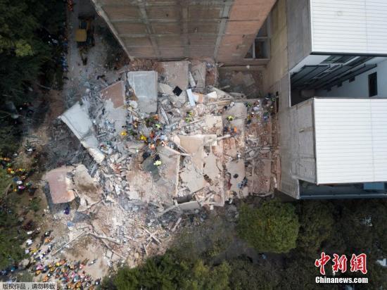 当地时间9月19日,墨西哥中部莫雷洛斯州发生7.1级地震,目前已导致数百人遇难。图为空中俯瞰因地震倒塌的建筑。