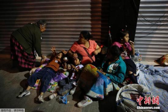 图为墨西哥发生强震后,当地民众在户外生活躲避灾害。