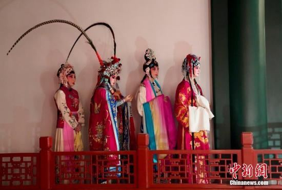 """9月19日晚,北京故宫博物院畅音阁戏曲馆经过提升改造后首次开馆,出席""""太和·世界古代文明保护论坛""""的代表们观看了首场演出。 中新社记者 杜洋 摄"""