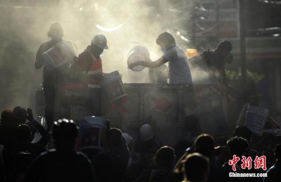 图为墨西哥强震发生后,救援人员在废墟中寻找幸存者。图片来源:视觉中国