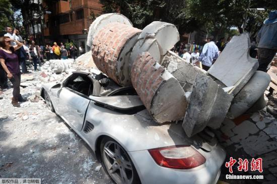 当地时间9月19日13时左右,墨西哥莫雷洛斯州发生7.1级地震,震源深度57公里。据法新社最新报道,墨西哥民防部门官员称,此次强震已经造成138人死亡。图为墨西哥城的街道上,一辆汽车被倒塌的建筑砸中。
