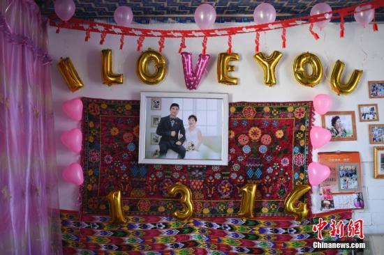 图为艾木都拉?孜克拉与妻子历雅馨的婚房。中新社记者 崔楠 摄