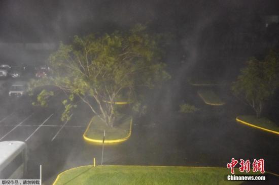 """当地时间9月20日,飓风""""玛莉亚""""在波多黎各圣胡安登陆,给当地天气造成巨大影响。民众聚集到当地的体育馆以躲避飓风。据当地气象部门报告,飓风""""玛莉亚""""在加勒比海地区已经造成至少2人死亡。"""