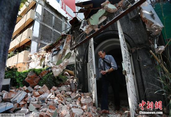 强震造成墨西哥城及周边多个城市房屋损毁严重,逾百人死亡。图为墨西哥城临近城市Condesa,一名男士从楼房里出来,门外是满地的房屋瓦砾,建筑已成废墟。