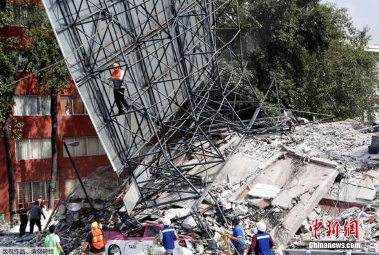 目前,各地的灾后救援工作正紧张进行。墨西哥军方已向灾区派出超过3400名士兵参与救灾。图为墨西哥城一辆出租车被倒塌的建筑压住。
