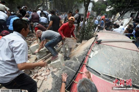 图为墨西哥强震发生后,当地民众自发清理瓦砾寻找幸存者。