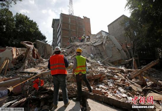 据《华盛顿邮报》报道,就在地震发生前几小时,墨西哥城刚发出了年度地震演习的警笛信号。1985年9月19日,墨西哥大地震曾造成7000多人死亡。图为7.1级地震过后,墨西哥城一片狼藉。