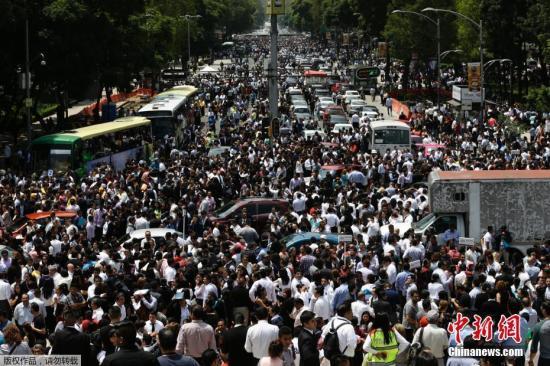 据墨西哥国家地震局发布的消息,地震发生在当地时间13时14分,震中位于莫雷洛斯州阿克索恰潘市西南12公里处,震源深度57公里。图为地震发生后,墨西哥首都墨西哥城的民众纷纷涌上改革大道(Reforma Avenue)避难。