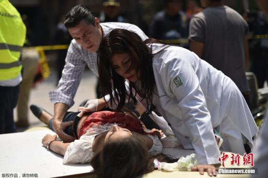 当地时间9月19日,墨西哥中部莫雷洛斯州发生7.1级地震,目前已导致数百人遇难。地震发生后大量建筑物坍塌,众多居民被困在废墟下面。救援工作正紧张进行,伤亡人数有持续上升。图为医护人员救治在地震中受伤人员。