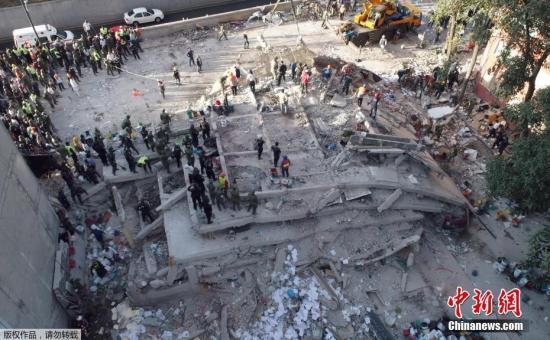 墨西哥城的一处建筑废墟上,救援行动正在展开。