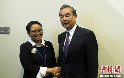当地时间9月19日,中国外交部长王毅在纽约出席联合国大会期间会见印度尼西亚外长蕾特诺。 中新社记者 马德林 摄