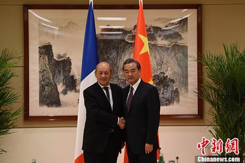 当地时间9月19日,中国外交部长王毅(右)在纽约出席第72届联大期间会见法国外交部长勒德里昂。 中新社记者 刁海洋 摄