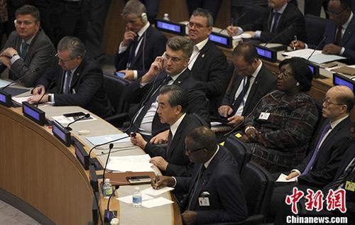 当地时间9月19日,中国外交部长王毅在纽约联合国总部出席《世界环境公约》主题峰会并在会上发言。王毅表示,中方愿积极参与全球环境治理进程,坚定支持和落实《巴黎协定》,推动形成公平合理、合作共赢的国际环境治理多边体系。 中新社记者 马德林 摄