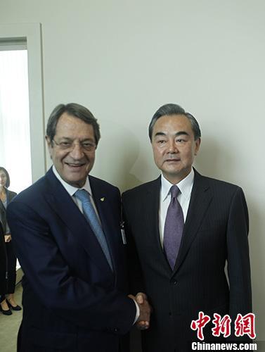 9月19日,中国外交部长王毅在纽约出席联合国大会期间会见塞浦路斯总统阿纳斯塔西亚迪斯。 中新社记者 马德林 摄