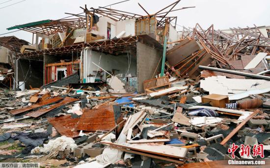 """资料图:四级飓风""""哈维""""登陆美国得州,因洪灾死亡人数已达大约80人,受灾人数超过600万。美国国家气象局数据显示,""""哈维""""是美国大陆有记录以来带来降雨量最高的一次热带风暴,得州锡达河口降水量达1320毫米。据美国当地媒体预测,飓风""""哈维""""恐造成数十亿美元的灾损。图为当地时间8月26日,美国得州Rockport,""""哈维""""造成一所公寓变成瓦砾碎片。"""