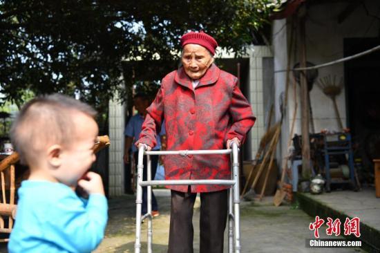 老人和她的第五代在院子里。张浪 摄