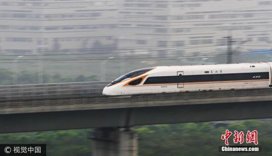 """图为9月21日,""""复兴号""""动车组列车以时速350公里高速经过江苏省常州市。 图片来源:视觉中国"""