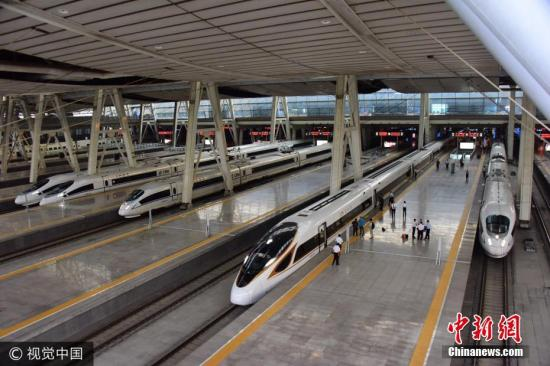图为9月21日,北京,首趟按照350公里速度运营的G5次复兴号动车组,在北京南站整装待发。 图片来源:视觉中国