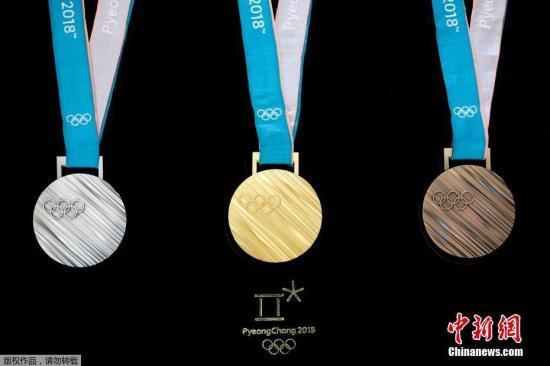 当地时间2017年9月21日,韩国首尔,2018平昌冬奥会奖牌设计正式揭晓,设计强调韩国之美,以象征民族精神的韩文图案为设计元素。据报道, 韩国文化体育观光部和平昌冬奥会组委会21日上午在首尔东大门设计广场(DDP)举行奖牌发布活动,公布了平昌冬奥会金银铜牌的设计。同一时间在美国纽约大都会博物馆也举行奖牌设计发布会,韩国总统文在寅出席。