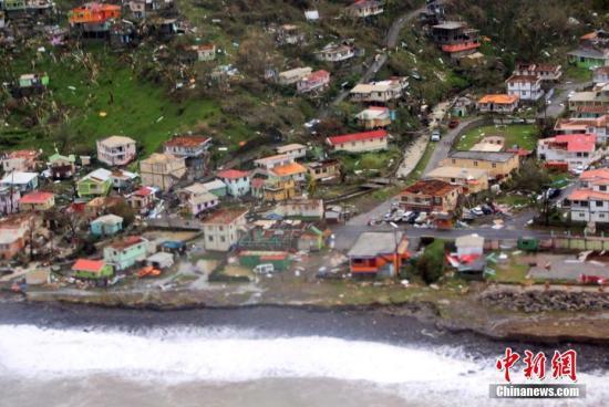 """当地时间9月19日,航拍多米尼加飓风灾区。18日晚,超强飓风""""玛利亚""""以四级风力登陆加勒比海地区岛国多米尼加,造成极大破坏。图片来源:视觉中国"""