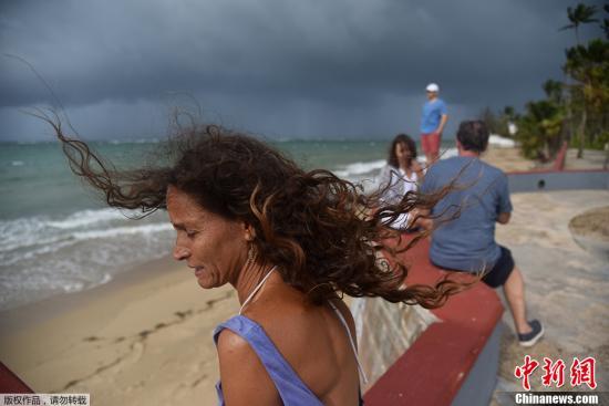 """图为当地时间9月19日,波多黎各首都圣胡安海边,当地民众在飓风""""玛利亚""""到来前,聚集在海滩上观景。"""