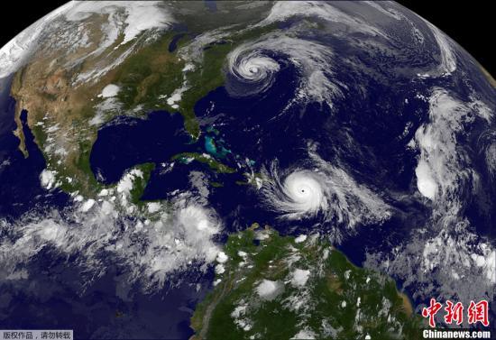 """图为NASA的一张气象卫星云图显示了两股飓风在大西洋上空""""同框""""的景象:位于画面下方的是已经成为五级飓风的""""玛利亚"""";在画面上方,""""荷西""""正在美国东海岸登陆。"""