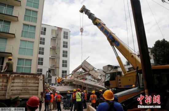 图为墨西哥地震救援现场。