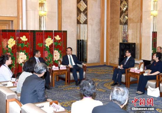 9月21日,中国国务院侨务办公室副主任谭天星在北京会见北美洲台湾乡亲联谊会参访团。记者 张勤 摄