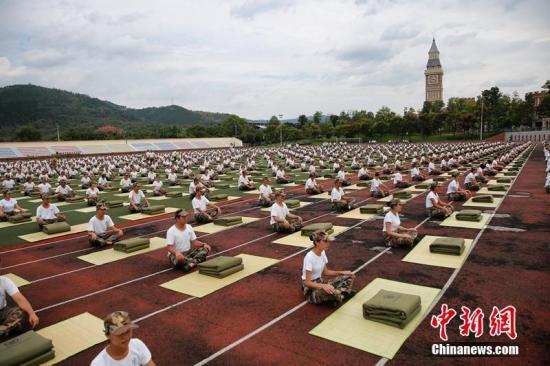 四川一高校军训,3000新生齐叠被子。钟欣 摄