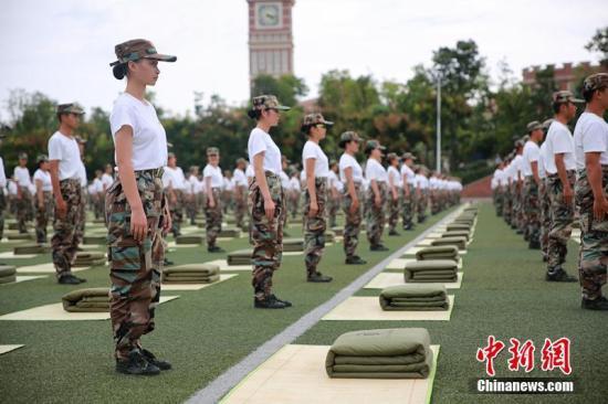 资料图:四川一高校军训,3000新生齐叠被子。钟欣 摄