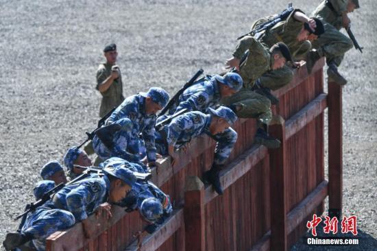 资料图为中俄双方海军陆战队员翻越围墙障碍。<a target='_blank' href='http://www.chinanews.com/'>中新社</a>记者 任东 摄