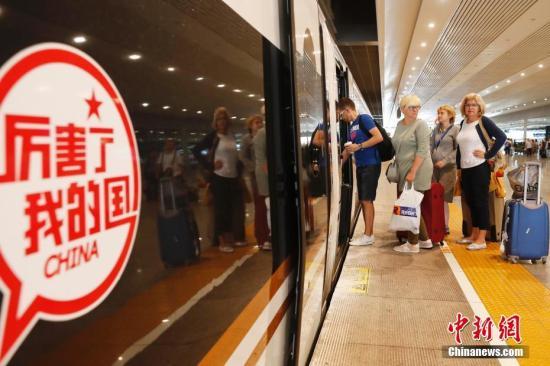 """资料图:京沪高铁""""复兴号""""G2次列车迎来外籍旅客。殷立勤 摄"""