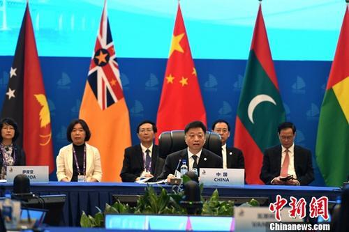 """9月21日,以""""蓝色经济生态海岛""""为主题的中国-小岛屿国家海洋部长圆桌会议在福建平潭召开。图为中国国家海洋局局长王宏主持会议。 中新社记者 王东明 摄"""