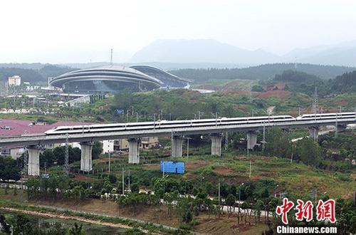 资料图:9月21日,一列动车行驶在武九客运专线江西省瑞昌市境内。当天,武九高铁全线开通运营。
