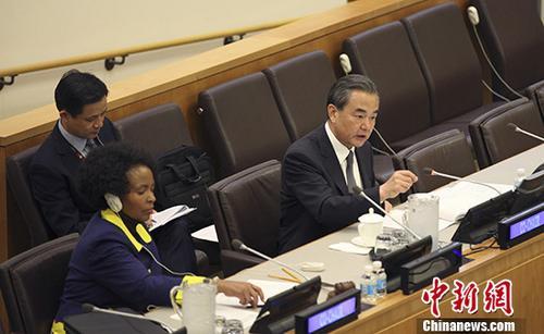 当地时间9月20日,中国外交部长王毅在纽约出席联合国大会期间,同南非外长马沙巴内共同主持中非外长第四次联大政治磋商。图为王毅在会上发言。 中新社记者 马德林 摄