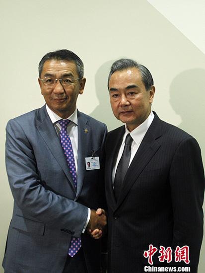 当地时间9月20日,中国外交部长王毅在纽约出席联合国大会期间会见蒙古外长蒙赫奥尔吉勒。 中新社记者 马德林 摄