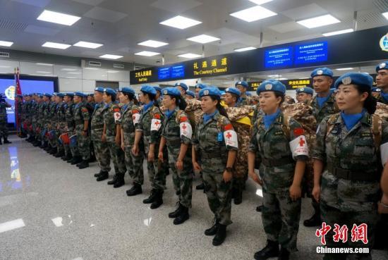 9月21日晚,中国第八批赴南苏丹维和工兵部队第一梯队72名官兵从郑州新郑国际机场出征,乘机飞往南苏丹(瓦乌)执行维和任务。出发前,部队领导、战友以及出征官兵家属前往机场送别。图为欢送现场。刘鹏 摄